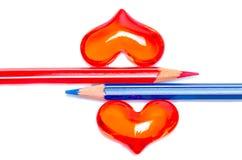 Rode en blauwe potloden met romantische harten Royalty-vrije Stock Fotografie