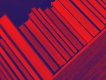Rode en blauwe rij van boeken stock fotografie