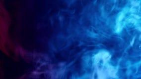 Rode en blauwe rookgolven stock footage