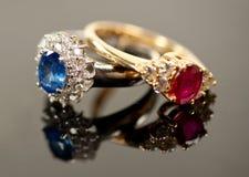 Rode en blauwe saffierringen in diamantmontages Royalty-vrije Stock Foto