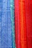 Rode en blauwe sjaals bij lokale markt, India stock afbeelding