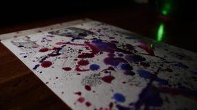 Rode en blauwe waterverf die over de tekening leggen stock foto