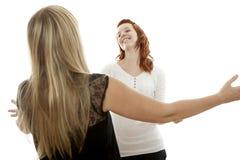 Rode en blonde haired meisjes gelukkig om u te ontmoeten Stock Fotografie