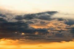 Rode en donkere wolken op de hemel Royalty-vrije Stock Afbeeldingen