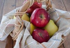 Rode en gele appelen Stock Afbeeldingen