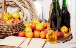 Rode en gele appelen van Normandië met oud notitieboekje Royalty-vrije Stock Afbeeldingen