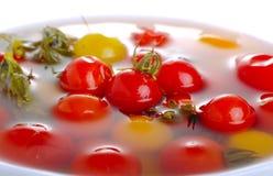 Rode en gele die tomaten in pekel worden gemarineerd Royalty-vrije Stock Foto's