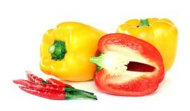 Rode en gele geïsoleerdeg paprika. Royalty-vrije Stock Afbeelding