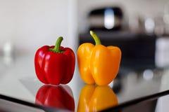 Rode en gele groene paprika op de glaslijst Stock Afbeeldingen
