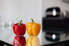 Rode en gele groene paprika op de glaslijst Royalty-vrije Stock Afbeeldingen