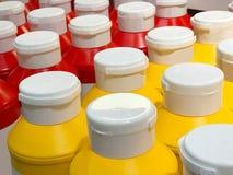 Rode en gele plastic fles voor ketchup en mosterd Stock Foto's