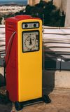 Rode en gele retro brandstof het vullen kolom royalty-vrije stock foto