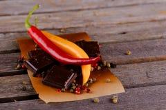Rode en gele Spaanse peperpeper met donkere chocolade Royalty-vrije Stock Foto