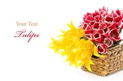 Rode en gele tulpen in een mand Stock Foto's