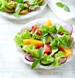 Rode en gele verse tomatensalade met granaatappelzaden stock afbeeldingen