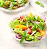 Rode en gele verse tomatensalade met granaatappelzaden stock foto's