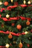 Rode en Gouden Decotrations op Kerstboom stock afbeelding