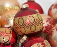 Rode en gouden Kerstmis ornamen royalty-vrije stock foto's