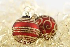 Rode en gouden Kerstmisballen stock fotografie