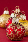 Rode en gouden Kerstmisballen III Stock Foto
