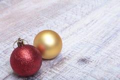 Rode en gouden Kerstmisballen op een houten achtergrond Stock Afbeelding