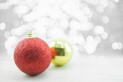 Rode en gouden Kerstmisornamenten op houten vloer Vrolijke Kerstmis en Gelukkig Nieuwjaar Stock Fotografie