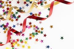 Rode en gouden kleurrijke linten en kleine confettien royalty-vrije stock afbeeldingen
