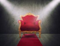 Rode en gouden luxeleunstoel concept succes en glorie royalty-vrije stock fotografie