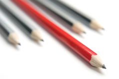 Rode en grijze potloden die neer aan recht worden gewaaid Stock Foto