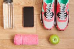 Rode en grijze tennisschoenen Stock Afbeelding