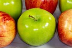 Rode en groene appelen die op de keukenlijst wachten worden gegeten royalty-vrije stock foto's