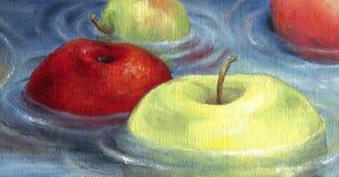 Rode en groene appelen die op de waterspiegel drijven Royalty-vrije Stock Afbeeldingen