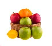 Rode en groene appelen en citroenen in een houten mand, Stock Foto