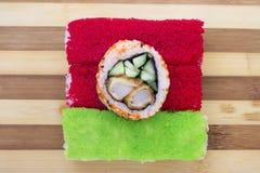 Rode en groene broodjes op een scherpe raad Stock Foto's