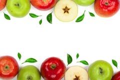 Rode en groene die appelen met bladeren worden verfraaid op witte achtergrond met exemplaarruimte worden geïsoleerd voor uw tekst Royalty-vrije Stock Foto's