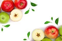 Rode en groene die appelen met bladeren worden verfraaid op witte achtergrond met exemplaarruimte worden geïsoleerd voor uw tekst Stock Afbeeldingen