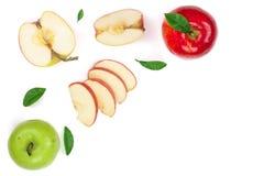 Rode en groene die appelen met plakken en bladeren op witte achtergrond met exemplaarruimte worden geïsoleerd voor uw tekst, hoog Royalty-vrije Stock Afbeelding