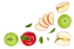 Rode en groene die appelen met plakken en bladeren op witte achtergrond met exemplaarruimte worden geïsoleerd voor uw tekst, hoog Royalty-vrije Stock Fotografie