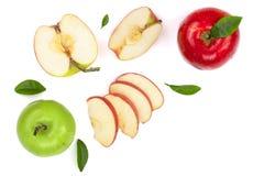 Rode en groene die appelen met plakken en bladeren op witte achtergrond met exemplaarruimte worden geïsoleerd voor uw tekst, hoog Royalty-vrije Stock Foto's