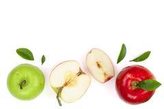 Rode en groene die appelen met plakken en bladeren op witte achtergrond met exemplaarruimte worden geïsoleerd voor uw tekst, hoog Stock Fotografie