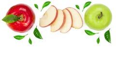 Rode en groene die appelen met plakken en bladeren op witte achtergrond met exemplaarruimte worden geïsoleerd voor uw tekst, hoog Stock Afbeeldingen