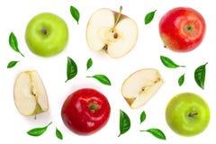 Rode en groene die appelen met plakken met bladeren worden verfraaid op witte hoogste mening worden geïsoleerd als achtergrond Vl Royalty-vrije Stock Fotografie