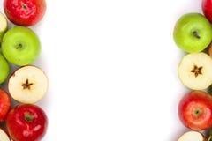 Rode en groene die appelen op witte achtergrond met exemplaarruimte worden geïsoleerd voor uw tekst, hoogste mening Vlak leg patr Stock Foto's