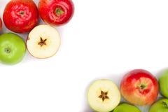 Rode en groene die appelen op witte achtergrond met exemplaarruimte worden geïsoleerd voor uw tekst, hoogste mening Vlak leg patr Stock Foto