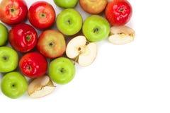 Rode en groene die appelen op witte achtergrond met exemplaarruimte worden geïsoleerd voor uw tekst, hoogste mening Vlak leg patr Royalty-vrije Stock Foto