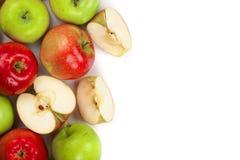 Rode en groene die appelen op witte achtergrond met exemplaarruimte worden geïsoleerd voor uw tekst, hoogste mening Vlak leg patr Stock Fotografie