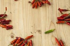 Rode en groene die pepers over de lijst wordt uitgespreid Stock Fotografie