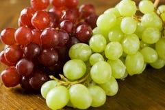 Rode en groene druiven Stock Afbeeldingen