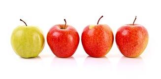 Rode en groene geïsoleerde= appelen stock afbeelding