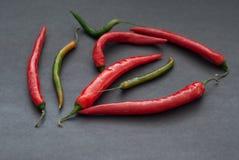 Rode en Groene Hete Peper op Donkere Achtergrond, selectieve nadruk Stock Fotografie